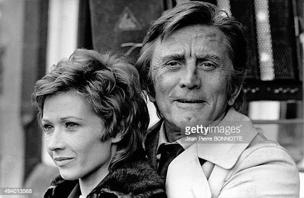 Marlène Jobert et Kirk Douglas sur le tournage du film de Dick Clément 'Les doigts croisés' en avril 1971 en Ecosse Royaume Uni