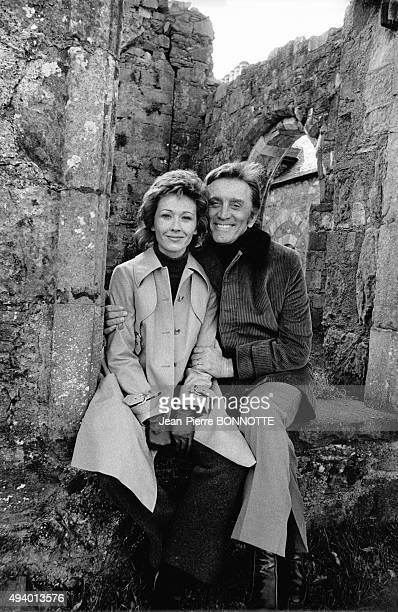 Marlène Jobert et Kirk Douglas sur le tournage du film de Dick Clément 'Les doigts croisés' avril 1971 dans les ruines d'Oban en Ecosse RoyaumeUni