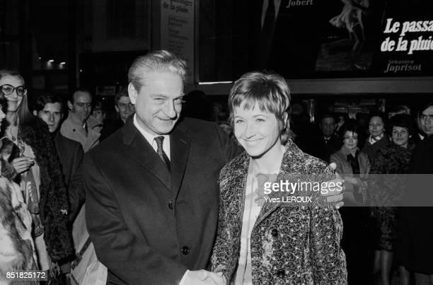 Marlène Jobert et le réalisateur René Clément lors de la première du film 'Le Passager de la pluie' le 15 janver 1970 à Paris France