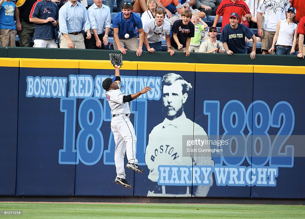 Marlon Anderson #9 of the New York Mets makes a catch against the wall during the game against the Atlanta Braves at Turner Field on May 22, 2008 in Atlanta, Georgia. The Braves defeated the Mets 4-2.