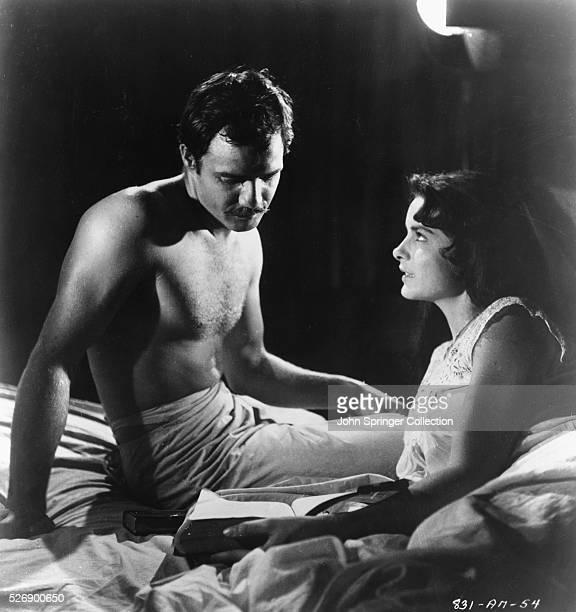 Marlon Brando as Emiliano Zapata and Jean Peters as Josefa Zapata in the 1952 film Viva Zapata