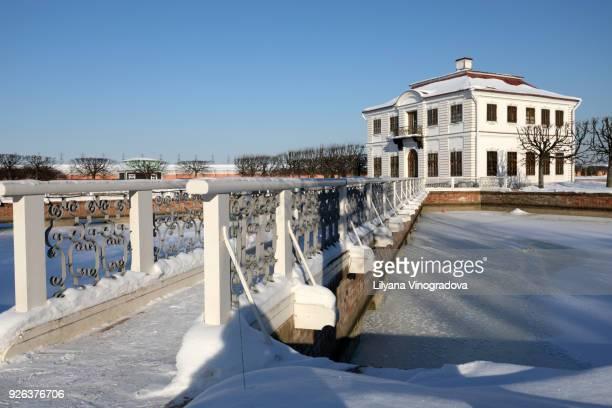 marly palace in petergof,  russia - gran palacio peterhof fotografías e imágenes de stock