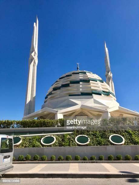 marmara i̇lahiyat mosque in istanbul - contemporary istanbul foto e immagini stock