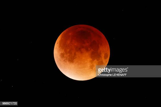 marne. region of esternay. total lunar eclipse of september 28, 2015. picture taken at the time of maximum totality. - 暦月 ストックフォトと画像