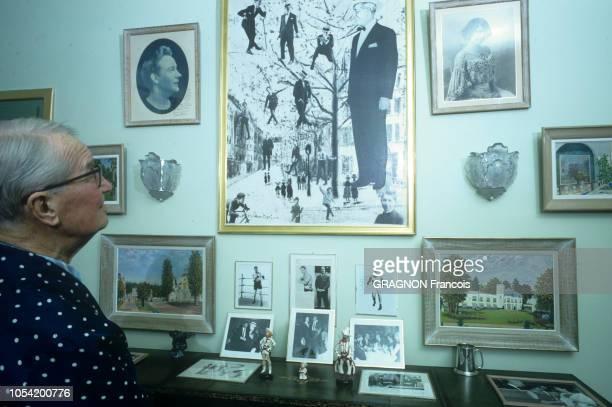 MarneslaCoquette France Mars 1967 Rendezvous avec Maurice CHEVALIER dans sa propriété La Louque Le chanteur français regardant les cadres qu'il a...