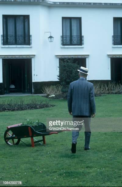 MarneslaCoquette France Mars 1967 Rendezvous avec Maurice CHEVALIER dans sa propriété La Louque Ici le chanteur français marchant de dos sur sa...