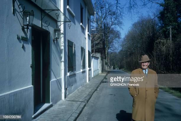 MarneslaCoquette France Mars 1967 Rendezvous avec Maurice CHEVALIER dans sa propriété La Louque Ici le chanteur français marchant dans sa rue de...