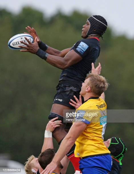 Maro Itoje of Saracens and Josh McNally of Bath Rugby in a lineout during the Gallagher Premiership Rugby match between Saracens and Bath Rugby at...