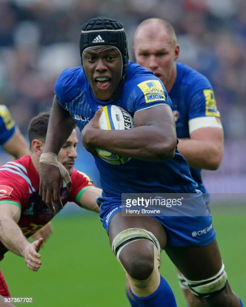 Maro Itoje of Saracens runs in to score their second try during the Aviva Premiership match between Saracens and Harlequins at London Stadium on...