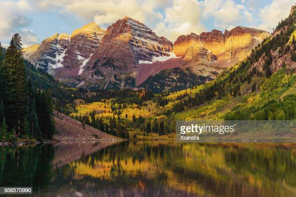 maroon bells and lake at sunrise, colorado, usa - maroon bells stock photos and pictures
