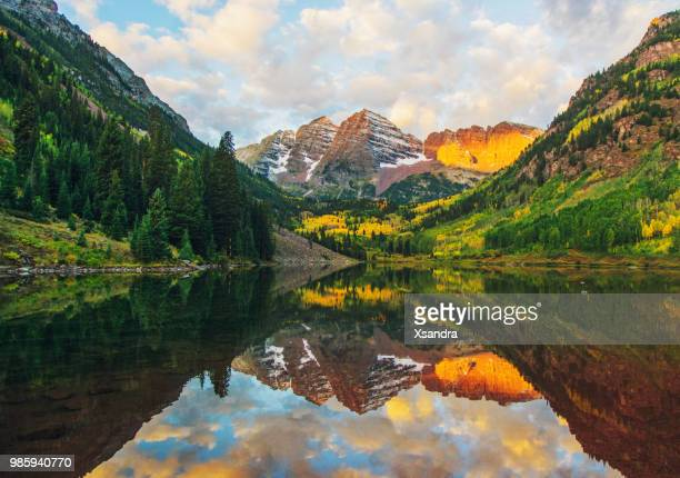 maroon bells and lake at sunrise, colorado, usa - maroon bells stock pictures, royalty-free photos & images