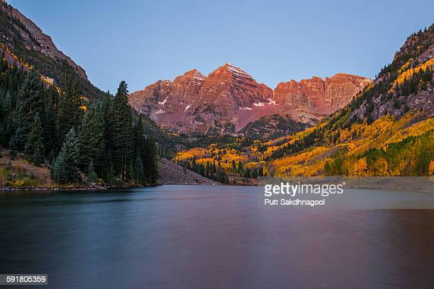 maroon bells at dawn - maroon bells stock pictures, royalty-free photos & images