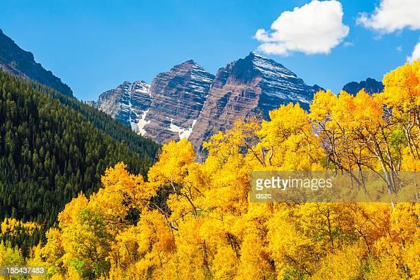Maroon Bells mountain peaks & aspen trees in autumn color