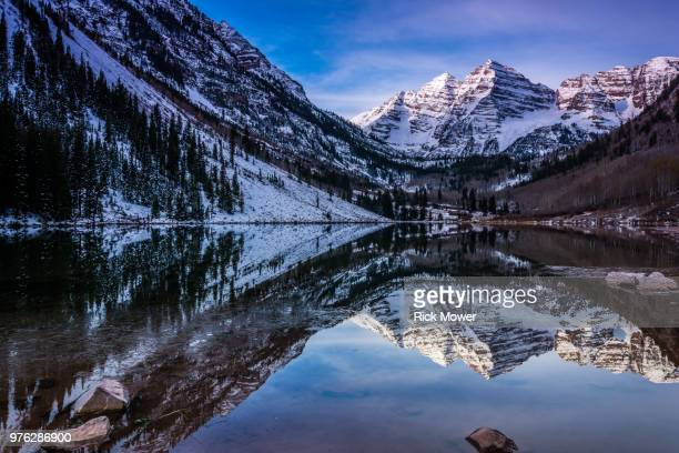 maroon bells over maroon lake, aspen, colorado, usa - maroon bells stock pictures, royalty-free photos & images
