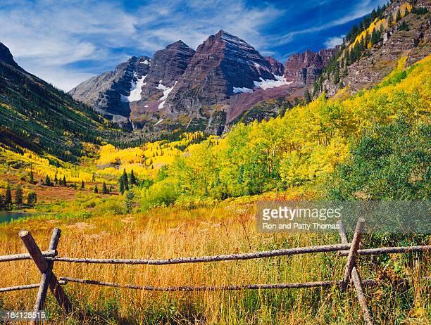 Maroon Bells con árboles otoño Aspen