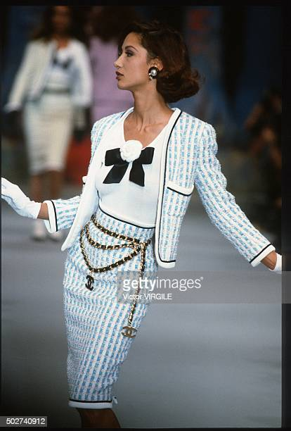 Marpessa Hennink walks the runway during the Chanel Ready to Wear show as part of Paris Fashion Week Spring/Summer 19921993 in October 1992 in Paris...