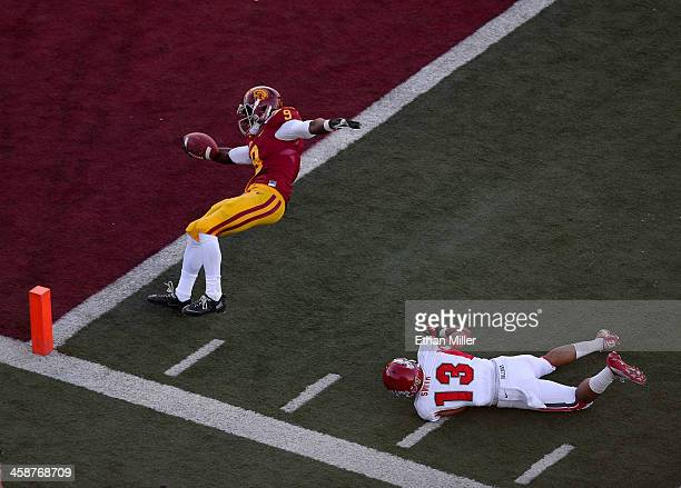 Marqise Lee of the USC Trojans gets into the end zone for a touchdown ahead of Derron Smith of the Fresno State Bulldogs during the Royal Purple Las...