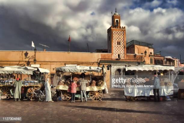 marquet stall carts in jemaa el-fnaa square marrakech, morocco - victor ovies fotografías e imágenes de stock