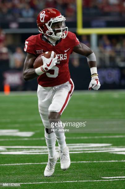Marquise Brown of the Oklahoma Sooners catches touchdown pass against the TCU Horned Frogs in the second half of the Big 12 Championship ATT Stadium...
