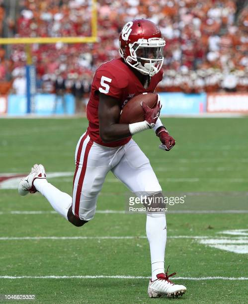 Marquise Brown of the Oklahoma Sooners runs for a touchdown against the Texas Longhorns in the first quarter of the 2018 ATT Red River Showdown at...