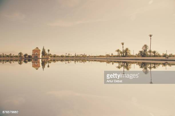 marrakesh menara gardens with lake reflection and atlas mountains during travel vacations in morocco. - marrakech photos et images de collection