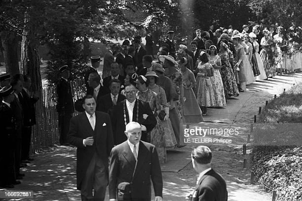 Marriage Of Henri D'Orleans And Marie-Therese De Wurtemberg. En France, dans le parc du domaine de Dreux, le 05 juillet 1957, lors du mariage entre...
