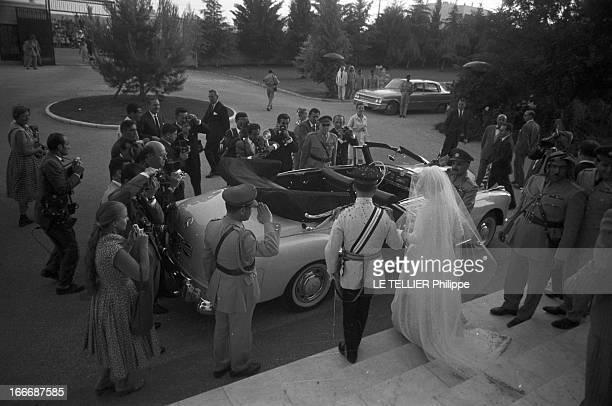 Marriage Of King Hussein Of Jordan With Toni Gardiner En Jordanie à Amman lors de leur mariage le roi Hussein DE JORDANIE en uniforme et l'anglaise...
