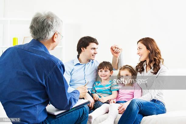 Matrimonio la terapia. Familia hablar con asesor