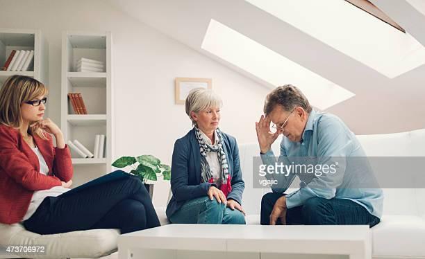 Ehe-Therapie.   Älteres Paar sprechen, Berater
