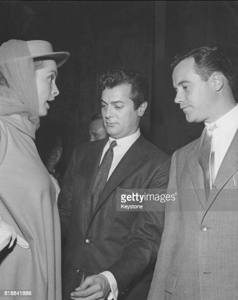 Married American actors Tony Curtis and Janet Leigh with friend and fellow actor Jack Lemmon circa 1955