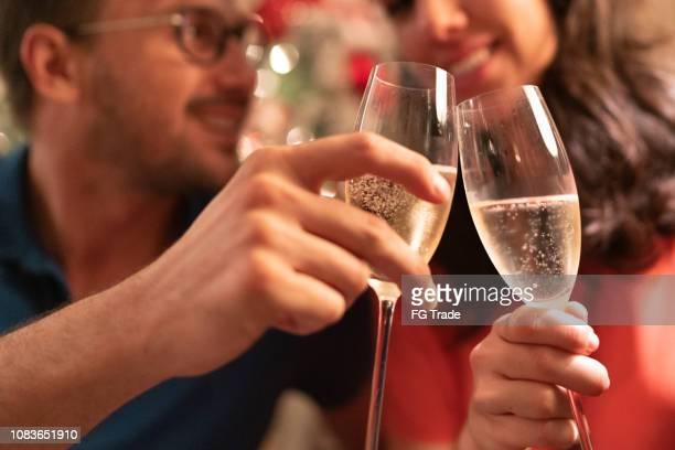 casal comemorando em casa a tempo do natal - brinde - fotografias e filmes do acervo