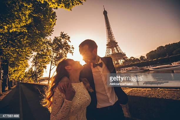 Marié couple profitant de la vue sur le fleuve
