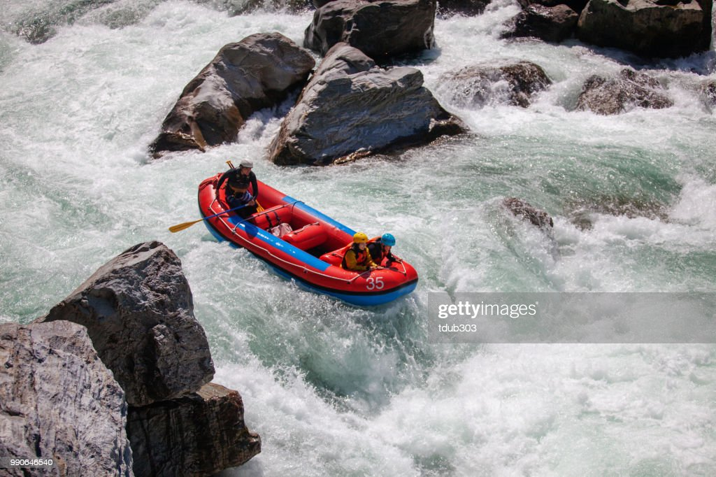 Married couple on a guided white water river rafting tour : Foto de stock