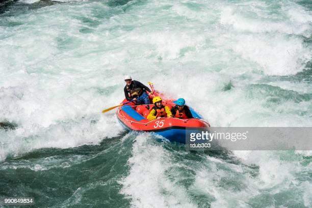Getrouwd paar op een begeleide white water river rafting tour