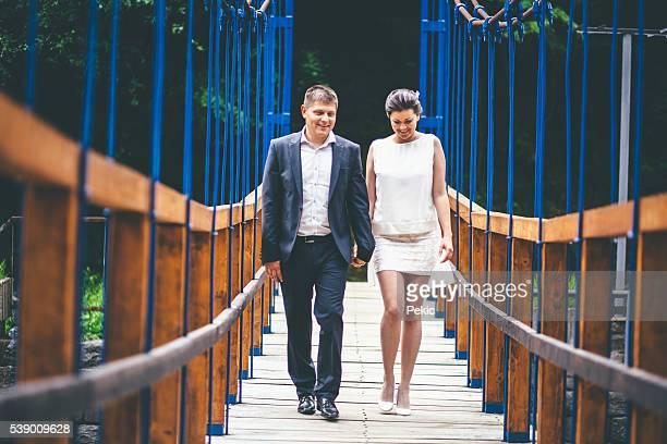 結婚歩いている夫婦の橋