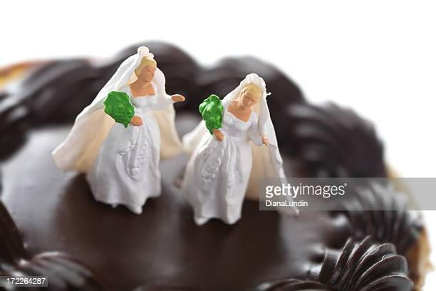 Married figurines standing on a chocolate cake