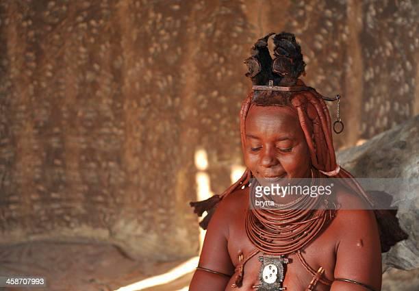 couple marié himba femme à l'intérieur de cabine d'un village de opuwo, en namibie. - himba photos et images de collection