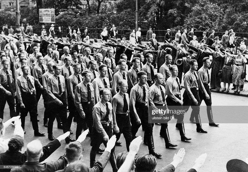 Annexion Österreich - Feier zum Aufstand von 1934 - Marsch der SS-Standarte 89 durch Wien : News Photo