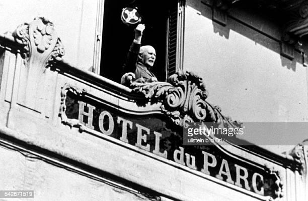 Marschall Petain `Staatschef` derVichyRegierung an einem Fenster desHotels du Parc Juli 1940