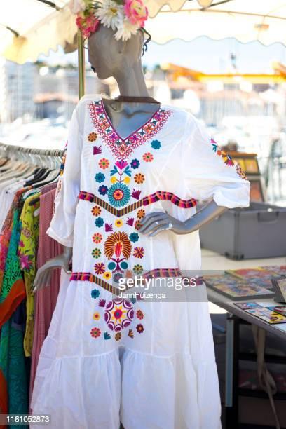 marseille, frankrike: broderad vit klänning till salu, vieux port - flerfärgad klänning bildbanksfoton och bilder