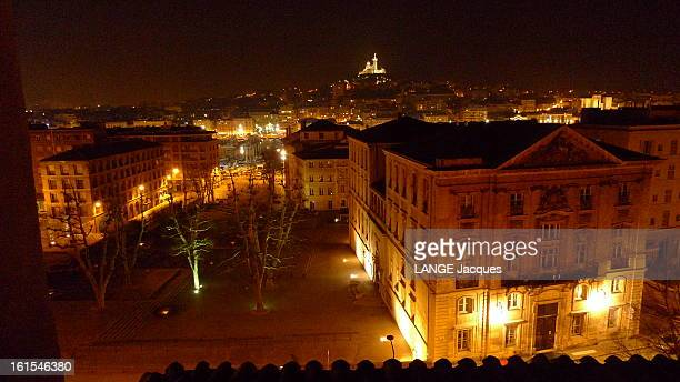 Marseille Marseille France 27 février 2011 Vue de nuit de la ville Au fond la basilique NotreDame de la Garde