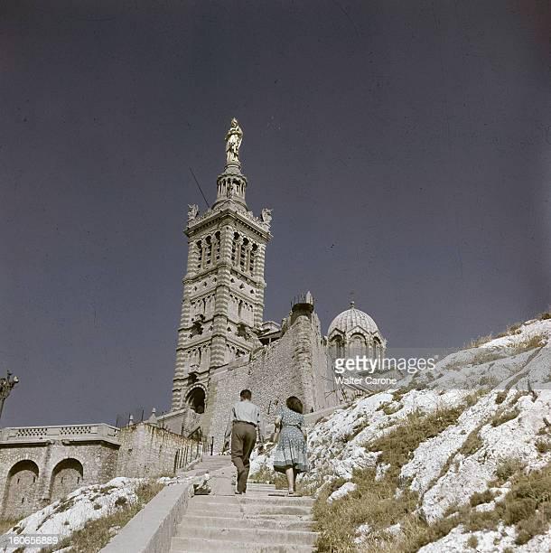 Marseille Marseille septembre 1950 Vivre à Marseille la basilique NotreDamedelaGarde avec la statue en cuivre doré de la « bonne mère » placée au...