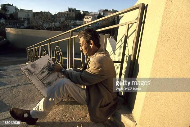 The 111 Villages City Habitant de Marseille feuilletant un grand carnet de croquis