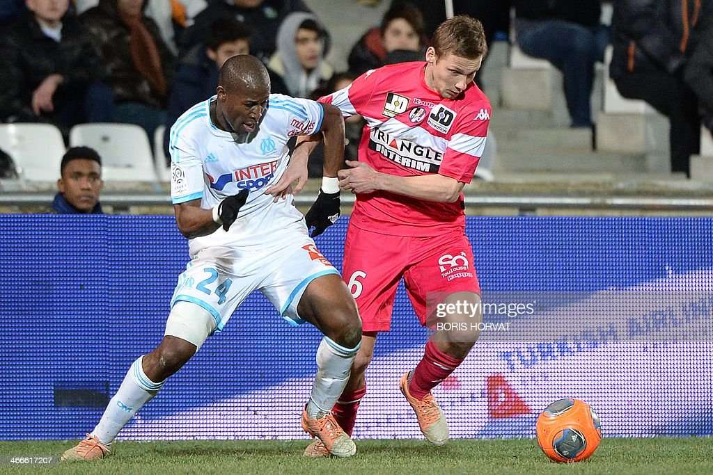 Marseille's French defender Rod Fanni (L) vies with Toulouse's French midfielder Clement Chantome during the French L1 football match Olympique de Marseille vs Toulouse at the Velodrome stadium in Marseille, on February 2, 2014.