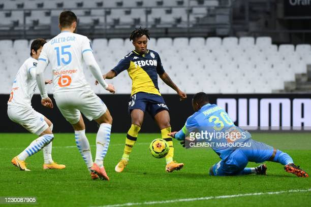 Marseille's French goalkeeper Steve Mandanda makes a save in front of Monaco's Portuguese midfielder Gelson Martins during the French L1 football...