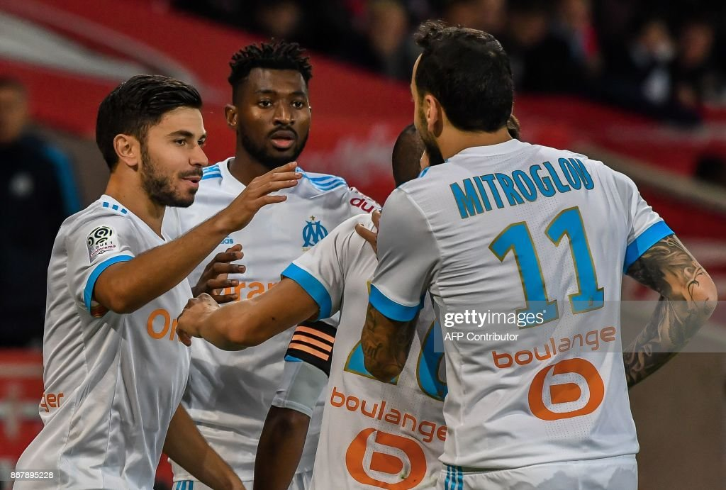 Marseille's French midfielder Morgan Sanson (L) celebrates after scoring a goal with Marseille's Cameroonian midfielder Andre Zambo Anguissa (2L) and others during the French L1 football match between Lille OSC (LOSC) and Olympique de Marseille (OM) on October 29, 2017 at the Pierre-Mauroy Stadium in Villeneuve d'Ascq, northern France. /