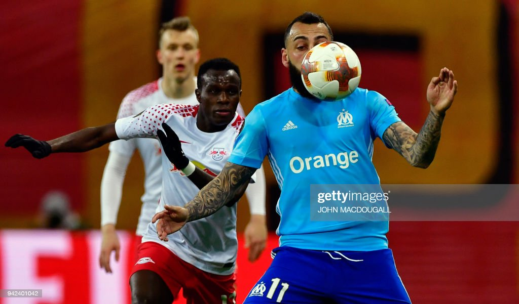 Marseille's Greek forward Konstantinos Mitroglou (R) and Leipzig's Portuguese midfielder Bruma vie for the ball during the UEFA Europa League quarter-final first leg football match RB Leipzig vs Olympique de Marseille (OM) at the RB arena in Leipzig, eastern Germany, on April 5, 2018. / AFP PHOTO / John MACDOUGALL