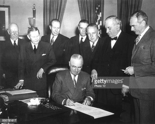Marshall plan President Truman signs the Economic Assistance Act a program for the reconstruction of Europe April 19 EtatsUnis National Archives...