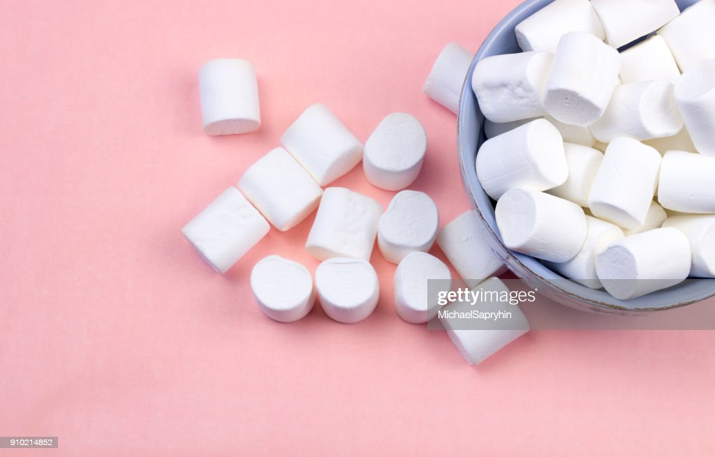 Marshmallows in blue plate on pastel pink background. : Stock Photo