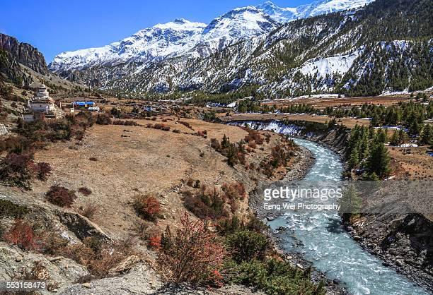 marsyangdi river, mungji, annapurna circuit, nepal - annapurna circuit stock photos and pictures